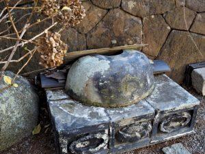 金毘羅堂の脇に置かれている瓦類、寂照寺(伊勢市中之町)