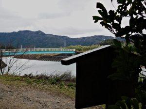 朝熊神社(皇大神宮 摂社)の社叢から望む朝熊川に架かる歩道橋