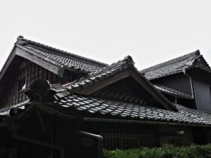 辰水神社付近の民家(津市美里町家所)