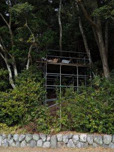 遠望した新殿舎の屋根と千木と鰹木、朝熊神社(ともに皇大神宮 摂社)
