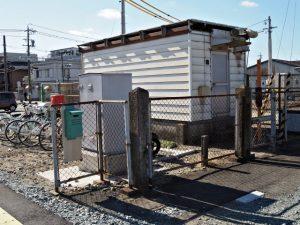 駅舎を建て替え中のJR参宮線山田上口駅に残されている古い石柱