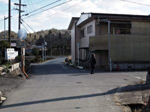 「←音羽 Y R422 上野市→」の道路標識が立つ交差点(伊賀市丸柱)