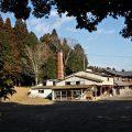 諏訪神社の参道から望む煙突(伊賀市丸柱)