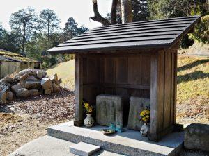 煙突の近くにまつられている道祖神(伊賀市丸柱)