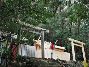 仮殿となっている朝熊御前神社と御遷座を待つ朝熊神社(ともに皇大神宮 摂社)