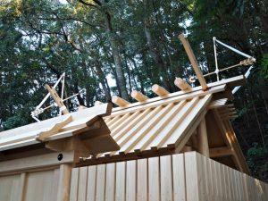 新しい正殿の屋根に雁股矢と鏑矢、朝熊神社(皇大神宮 摂社)