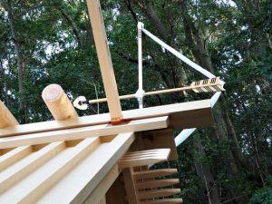 新しい正殿の屋根に鏑矢、朝熊神社(皇大神宮 摂社)