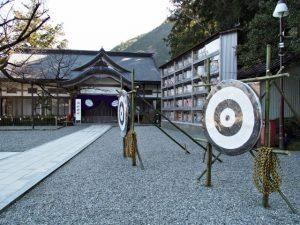 節分祭での弓による祓いの準備(熊野那智大社)