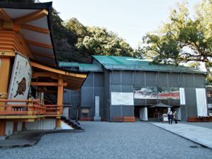 宝物殿と改修工事中の拝殿(熊野那智大社)