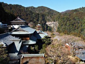 青岸渡寺付近から望む三重塔と那智御瀧