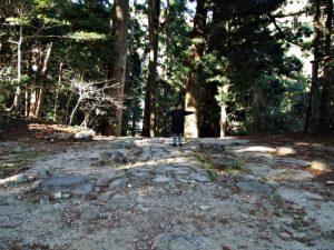 往古の建物跡の礎石(那智御瀧の遙拝所付近)