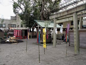 蕃塀の前に準備された稲蔓蛇神事の祭場、今社(伊勢市宮町)