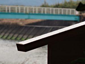 制札(定書)越しに望む歩道橋(朝熊川)