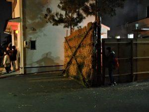 高向御頭神事-打祭りのため高向共盛団が壁を破り出る直前の追い込み小屋