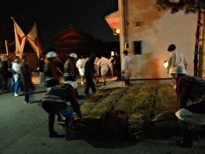 高向御頭神事-積木祭場へ運ばれる追い込み小屋の壁