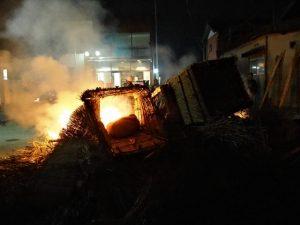 高向御頭神事-オワケが焚き上げられる積木祭場