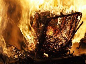 高向御頭神事-積木祭場にて焚き上げられるオワケ