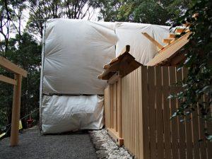 簀屋根が掛けられた朝熊御前神社と仮殿となっている朝熊神社(ともに皇大神宮 摂社)