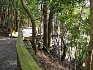 傷みが激しい木柵、朝熊神社(皇大神宮 摂社)