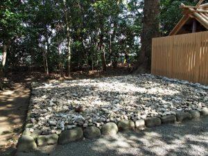 中心に置かれた石が大修繕にて移動されたままの古殿地、河原神社(豊受大神宮 摂社)