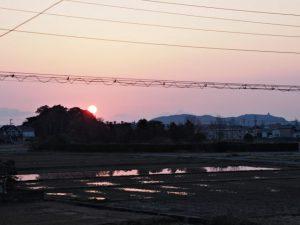 春分の日に向け日の出が社叢にかかり始めた河原神社(豊受大神宮 摂社)
