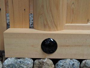 朝熊御前神社(皇大神宮 摂社) 玉垣御門の柱(左側)