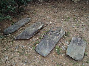 国史跡旧豊宮崎文庫の放置されている板碑型墓石