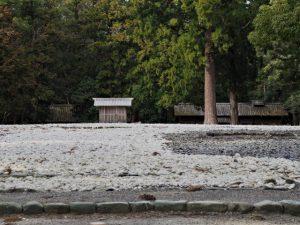 正宮の古殿地越しに望む御酒殿(左側)と忌火屋殿(右側)(外宮)