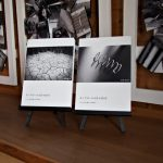 玄関ギャラリーへ並べられた「モノクロームな日々」2017、2018のフォトブック