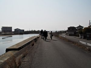 御祓橋跡(大湊川)へ向かう(伊勢市大湊)