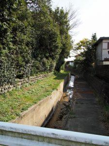 志宝屋神社(豊受大神宮 末社)とその前の寿し桶田畑を囲む水路