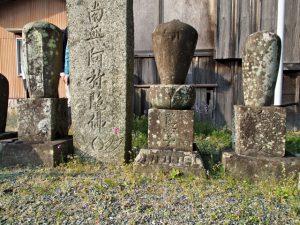 献忠寺(伊勢市大湊町)にて見つけた金胎寺廿六世進譽上人の墓石