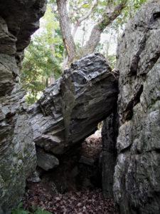 ゆすり岩、赤井山(伊勢市上野町)