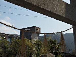赤井神社の鳥居越しに望む上野小学校(伊勢市上野町)