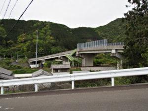 古里への途中、右手に見えるのはJR紀勢本線に架かる跨線橋