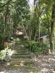 東泉寺の荒れた階段(いなべ市藤原町長尾)