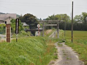 川合と日内の境に建つ鳥居[6](濃州道)