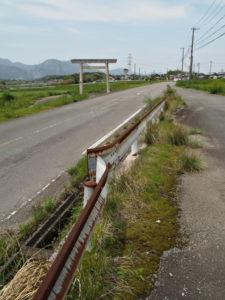 川合と日内の境に建つ鳥居[6]付近(濃州道)
