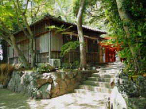 以前に抜かれた鳥居が置かれていた場所、船江上社(伊勢市船江)