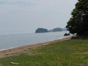 神前海岸の堤防(伊勢市二見町松下)から望む飛島