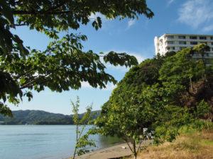 粟皇子神社(皇大神宮 摂社)付近から望む池の浦と旅荘 海の蝶