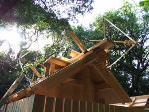 上棟祭の朝、新しい殿舎の屋根には雁股(矢)と鏑矢、粟皇子神社(皇大神宮 摂社)