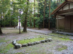 護送される両機殿の神御衣を納めた辛櫃が並べられる場所(神麻続機殿神社)