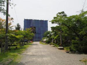 屋根瓦が葺き始められた仁王門、丹生山神宮寺(多気郡多気町丹生)