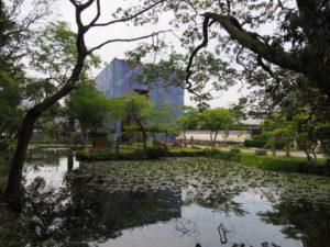 姿見の池越しに望む修復中の仁王門、丹生山神宮寺(多気郡多気町丹生)