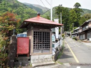 鳴谷神社への分岐の地蔵堂[258](巡見道)