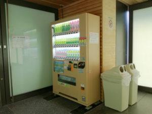 せんぐう館 休憩舎の隅に置かれている伊藤園の自動販売機