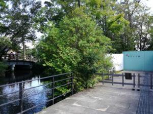 せんぐう館 休憩舎の下には火除橋から勾玉池へと続く流れが