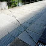 せんぐう館へと続く通路にて斜に切られている敷ブロック