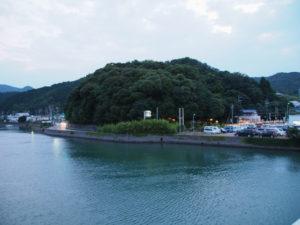 加茂川越しに眺む赤崎神社(豊受大神宮 末社)の社叢
